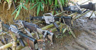 مبارزان سرخ پی در پی حمله می کنند و اسرای جنگی را آزاد می کنند، همزمان ارتش مشغول بمباران مناطق روستایی میندانائوی جنوبی است.